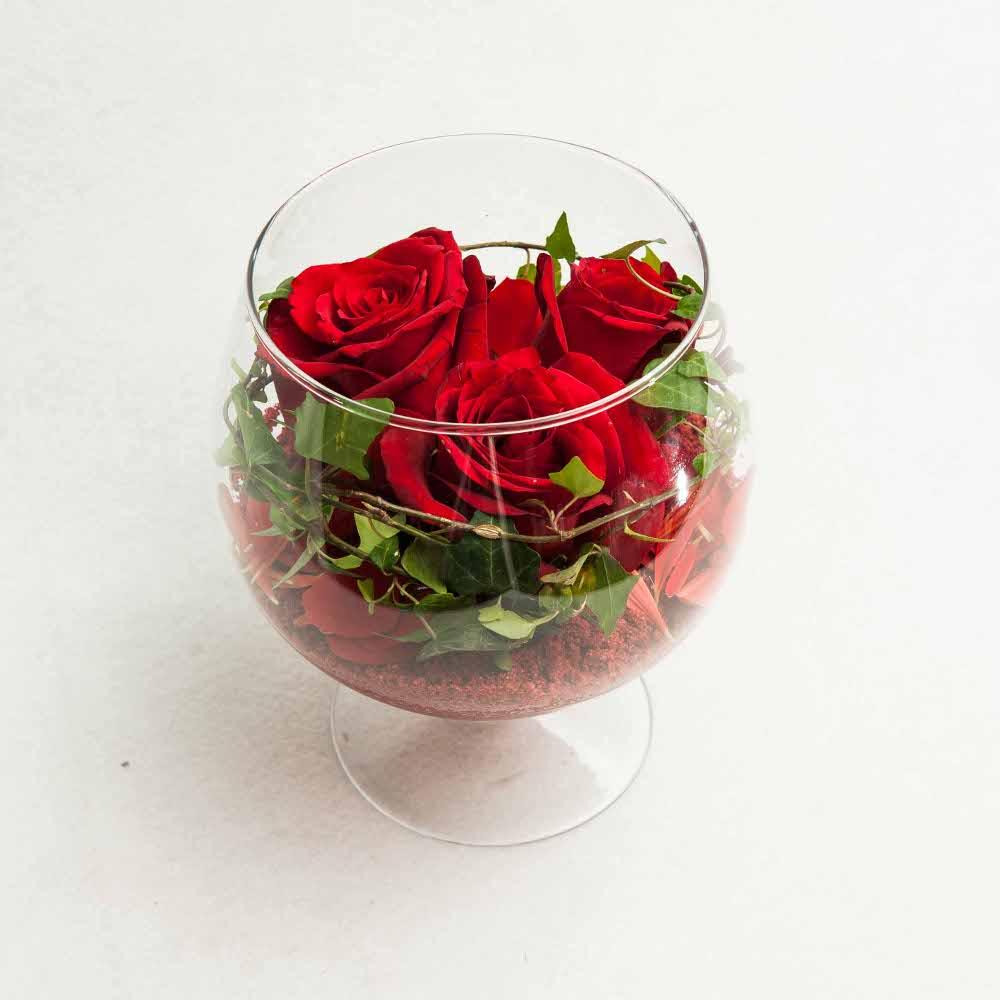 red roses in a glass vase the flower shop. Black Bedroom Furniture Sets. Home Design Ideas