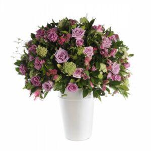 Σύνθεση με ποικιλία λουλουδιών σε ψηλό κασπό