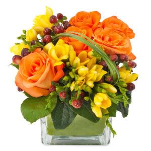 Σύνθεση με ποικιλία λουλουδιών σε γυάλινο βάζο