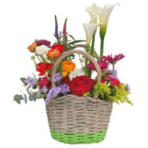 Σύνθεση σε καλάθι με λουλούδια της άνοιξης