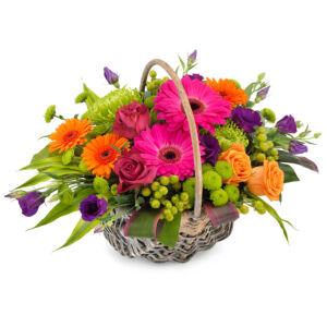 Σύνθεση σε καλάθι με διάφορα λουλούδια