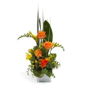 Σύνθεση με τριαντάφυλλο και φρέζια σε γυάλινο βάζο